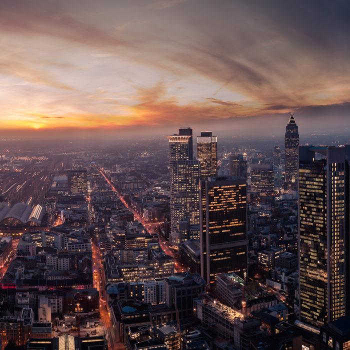 Panorama bei Sonnenuntergang in Frankfurt am Main, Deutschland. Ansicht von oben auf moderne Hochhäuser, Geschäftsviertel.