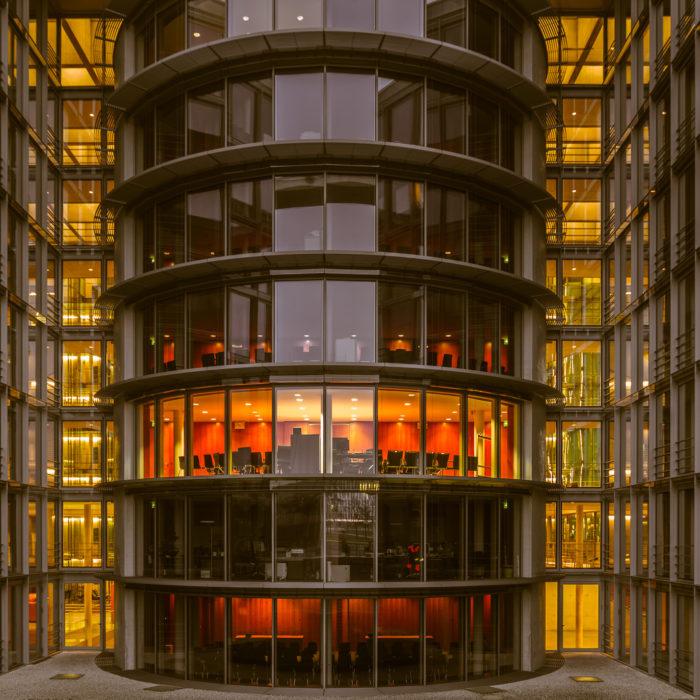 Beleuchteter Konferenzraum in einem der Bürogebäude des Deutschen Bundestages in Berlin, Deutschland.